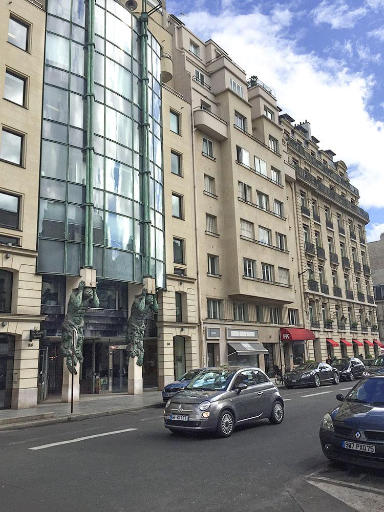 Vue-immeuble-et-rue